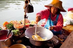 De drijvende markt van Amphawa, in de buurt van Bangkok