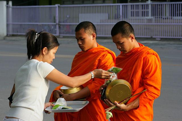 Boeddhistische monniken zijn omnipresent in de Thaise samenleving.