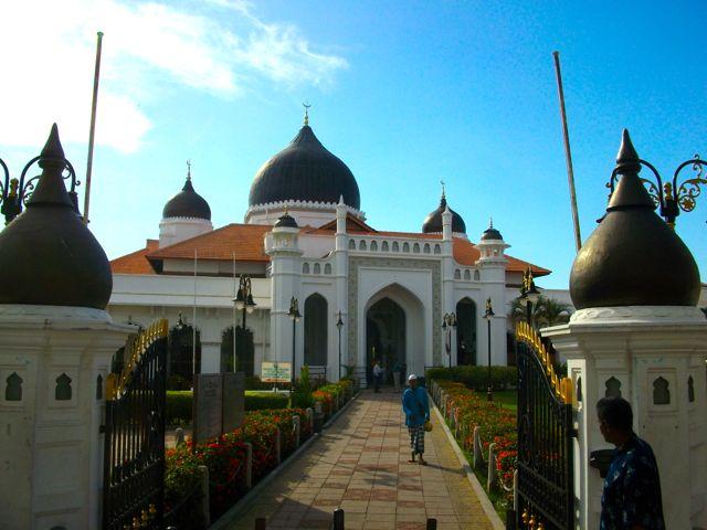 De Maleisische samenleving wordt gekenmerkt door de officiële godsdienst, islam.