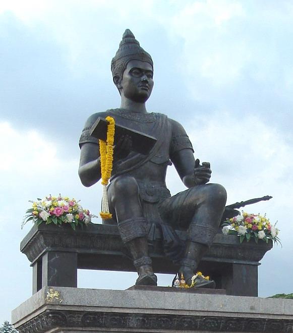 Standbeeld van Ramhamkaeng in Sukhothai