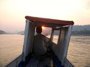Rondreizen in Laos: de boot is een populair vervoermiddel.