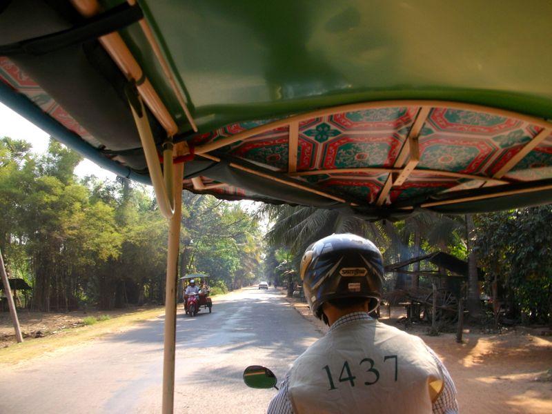 Rondreizen in Cambodja: de remorque-moto (tuk-tuk) is een ideaal lokaal transportmiddel.