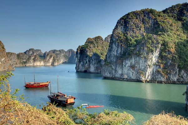 Eén van de indrukwekkende rotsformaties in Zuidoost-Azië: Halong Bay