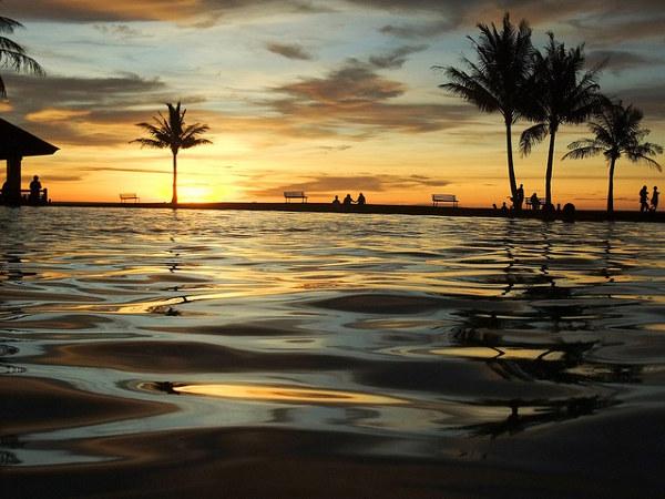 Zonsondergang Brunei: aan het zwembad van het Empire Hotel