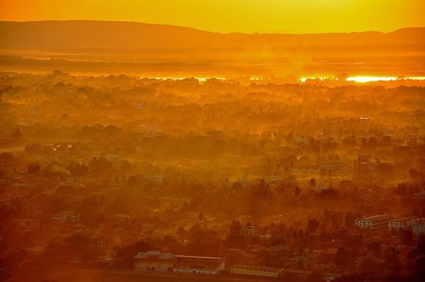 Zicht over Mandalay bij zonsondergang