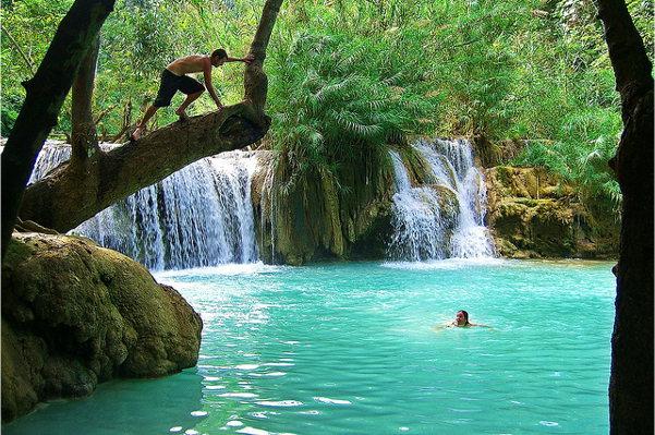 Eén van de vele poelen bij de Kuang Si watervallen