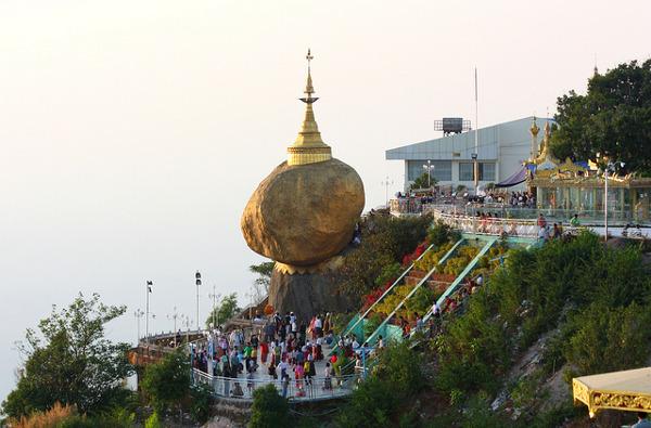 De Golden Rock is één van de bezienswaardigheden van Myanmar