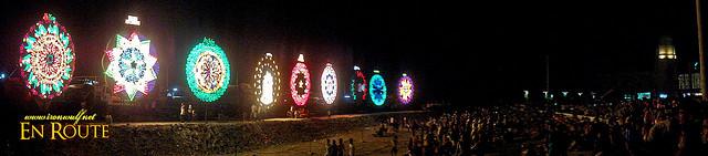Rij van reuzenparols op het Giant Lantern Festival van San Fernando