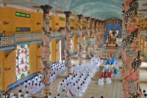 Aanhangers van de Cao Dai sekte tijdens een ceremonie in de Heilige Stoel