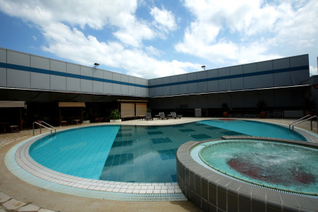 Changi airport: rooftop swimming pool