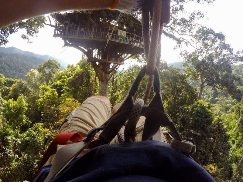 De boomhut is alleen te bereiken en te verlaten per zipline.