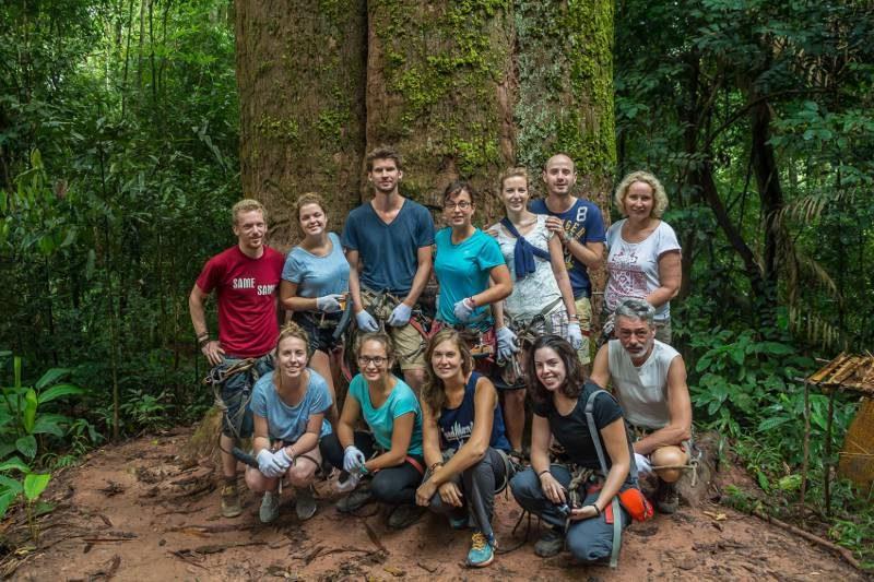 Onze supertoffe groep bij de grootste boom van Laos.